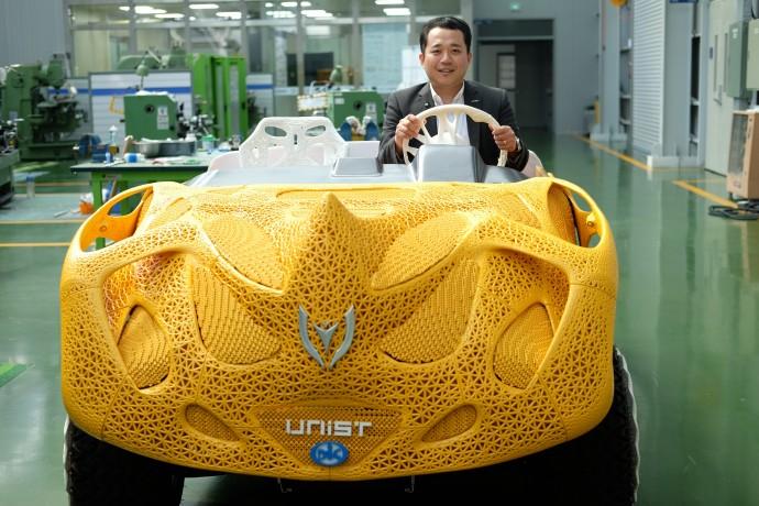 """사람들에게 자신의 연구가 얼마나 의미있는지 직접 소개하기 위해 이 프로젝트를 시작한 김남훈 교수는 """"100번 말로 설명하는 것보다, 1대의 자동차 결과물로 많은 부분을 한 번에 해결할 수 있었다""""고 말했다. - 염지현 제공"""